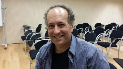 Michael Eisen after explaining his work based on the evolution of gene regulation in a conference at the PRBB.