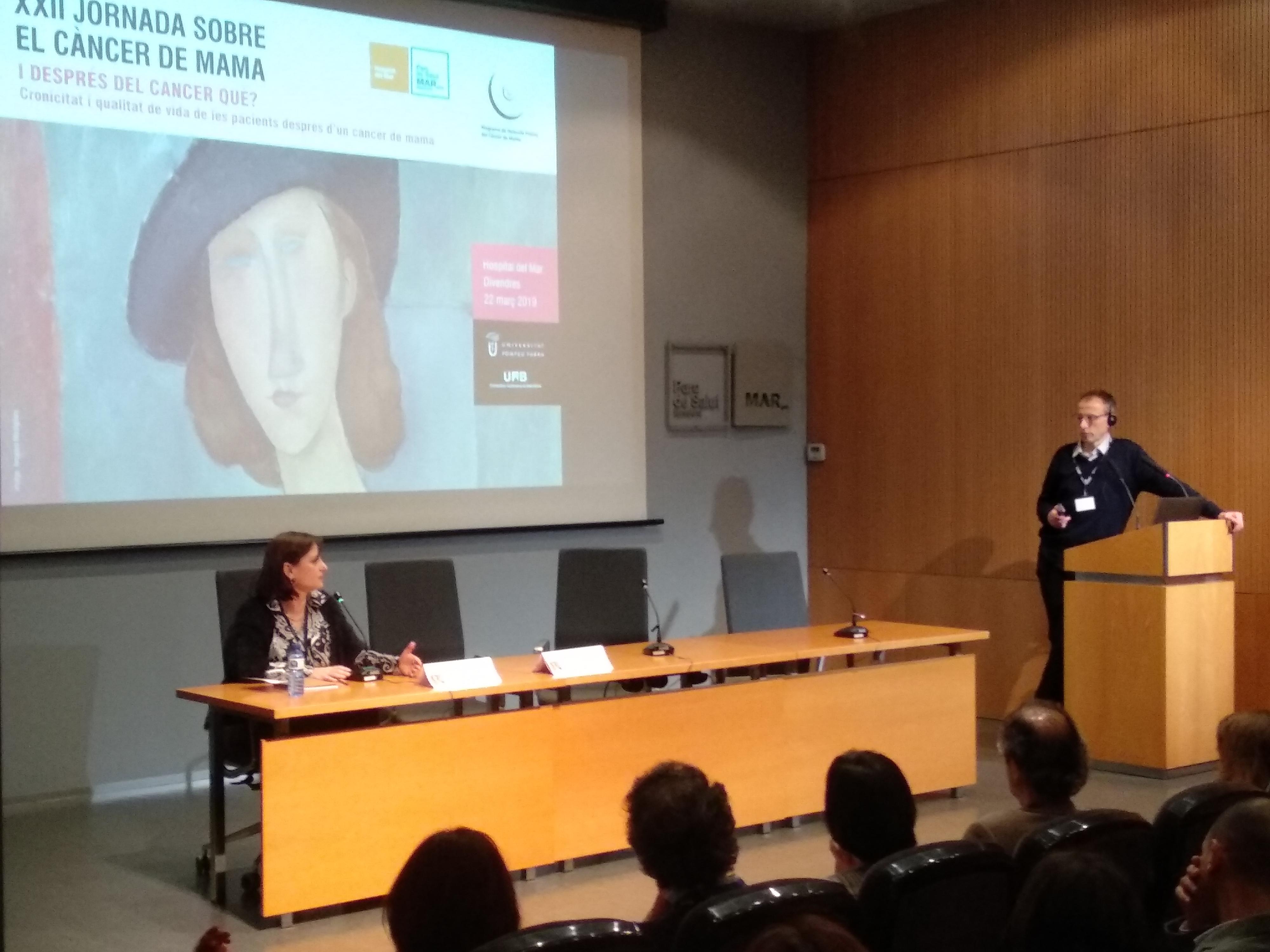 Mar Vernet, Cap de Secció de Ginecologia de l'Hospital del Mar, va inaugurar l'acte donant pas a l'epidemiòleg especialista en càncer de mama, John Browne.