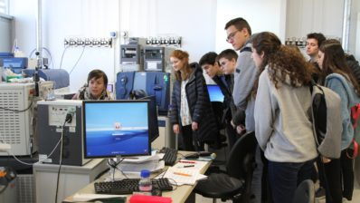 "Guadalupe Espadas shows the proteomics service to the 20 finalists of the ""Olimpíada de Biologia de Catalunya""."