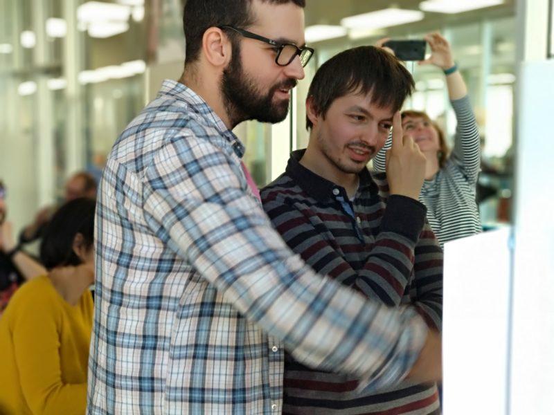 Los investigadores Marco di Stefano y Juan Rodriguez revisando las propuestas de los participantes.