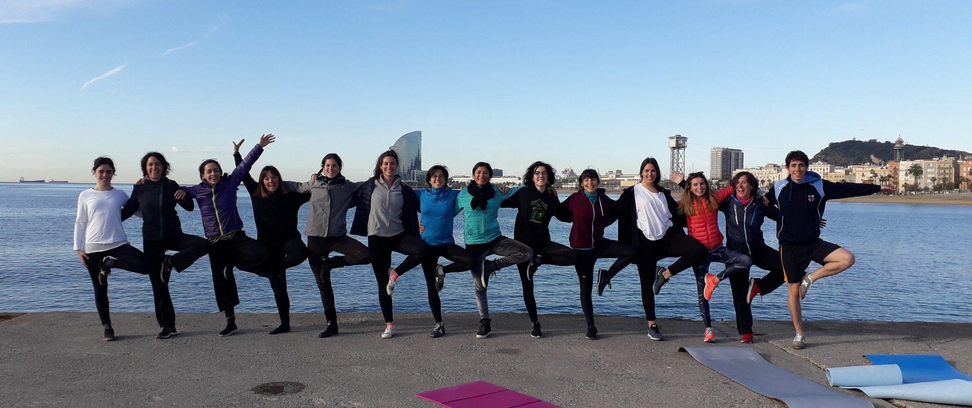 Imatge d'una de les sessions matinals de ioga a la platja, organitzada dins de la Setmana Saludable del PRBB.