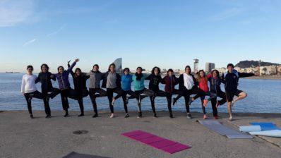 Imagen de una de las sesiones de yoga en la playa, organizada dentro del programa de actividades de la Semana Saludable del PRBB.