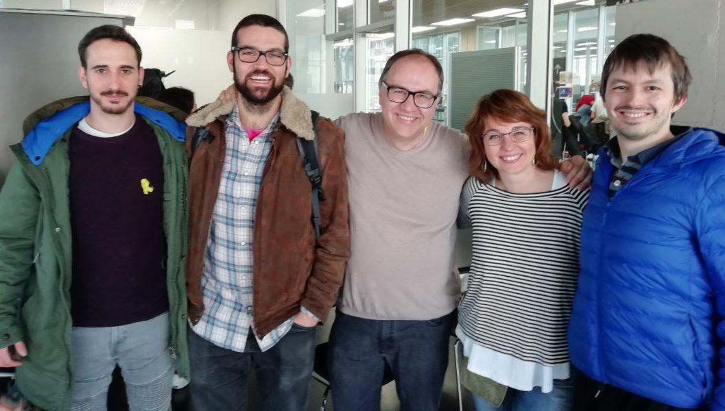 """El equipo de """"Jocs al segon"""" junto con Elisabetta Broglio (facilitadora de proyectos de ciencia ciudadana en el CRG) y los investigadores Marco di Stefano y Juan Rodriguez del CNAG-CRG."""