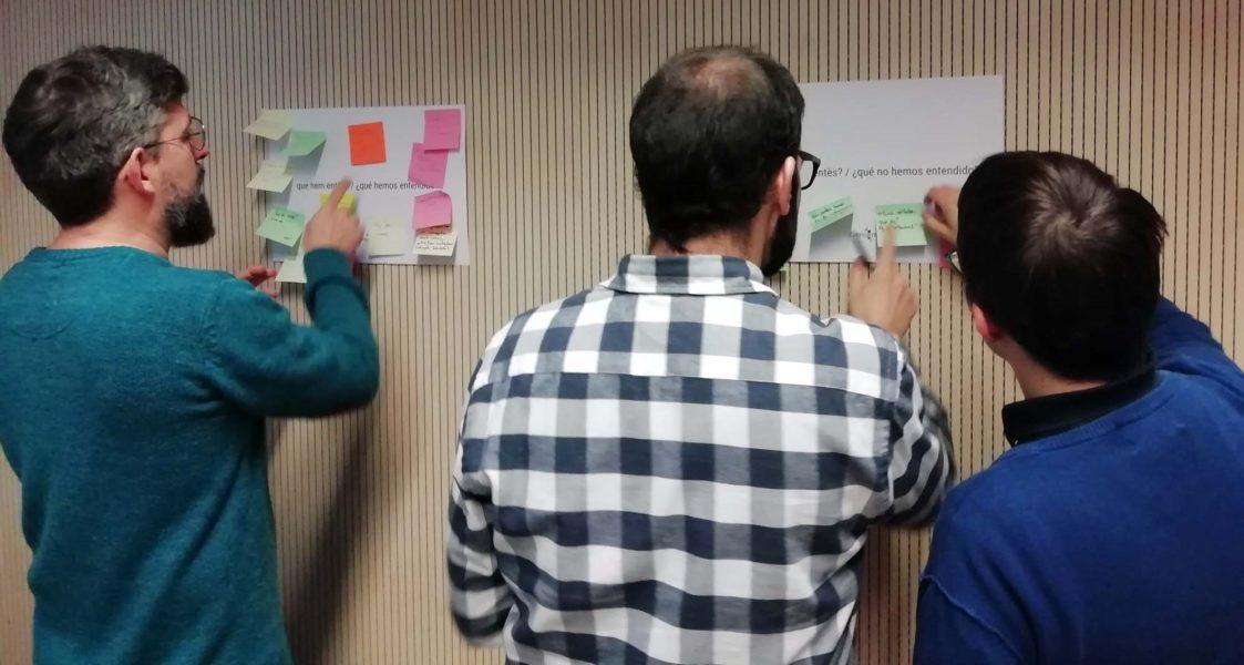Marc Martí-Renom i els dos investigadors del seu grup Marco Di Stefano i Juan Rodriguez, revisant els comentaris dels participants.