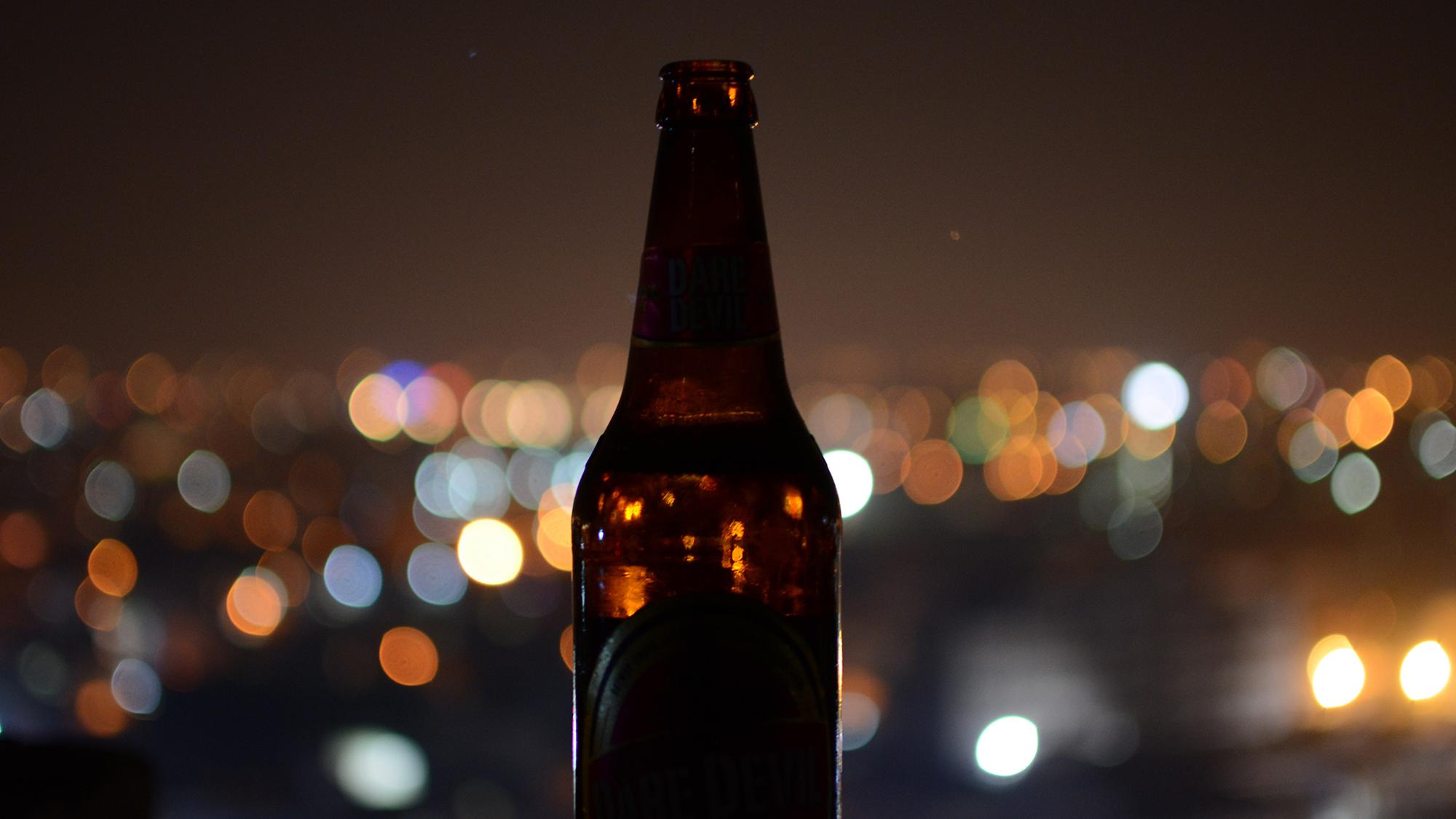 El consum d'alcohol durant l'embaràs té efectes al cervell, a nivell molecular, a llarg temini. Foto de Eeshan Garg a Unsplash.