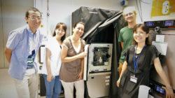Dos investigadores postdoctorales, un estudiante de doctorado y un técnico de laboratorio se han unido a Miki Ebisuya y a su microscopio personalizado en el PRBB.