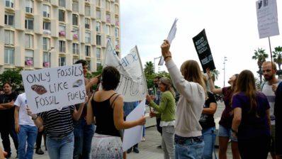 Les i els residents del PRBB durant la parada de 10 minuts en motiu de l'Emergència Climàtica.