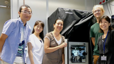 Two postdocs, a PhD student and a technician have joined Miki Ebisuya and her custom made microscope at the PRBB.