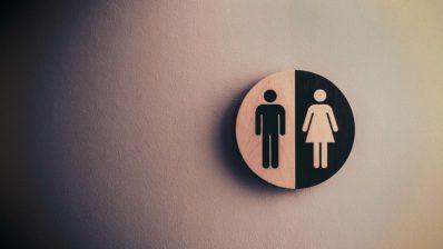 Las mujeres están infrarrepresentadas en las carreras STEM, especialmente en los puestos más altos. Necesitamos hombres y mujeres para resolver esta brecha de género, afirma Cristina Pujades. | Imagen de Tim Mossholder en Unsplash.