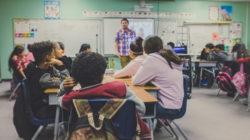 L'alumnat passa a tenir un posicionament més sòlid envers el món científic-tecnològic un cop supera l'etapa dels 10-14 anys. | Imatge de NeONBRAND a Unsplash.