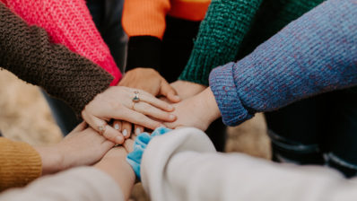 El peer mentoring es un espacio de relación entre iguales en el que la confianza es crucial. Imagen de Hannah Busing en Unsplash.