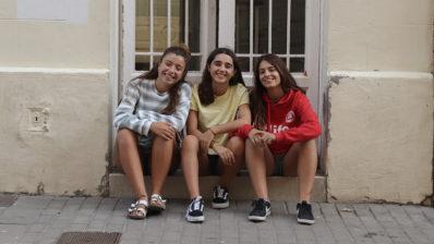 Las ganadoras del primer premio de la XV edición del Premio PRBB. De izquierda a derecha, Clàudia Fernández, Ona Torrejon e Isabel Anaya, del Instituto La Llauna (Badalona).