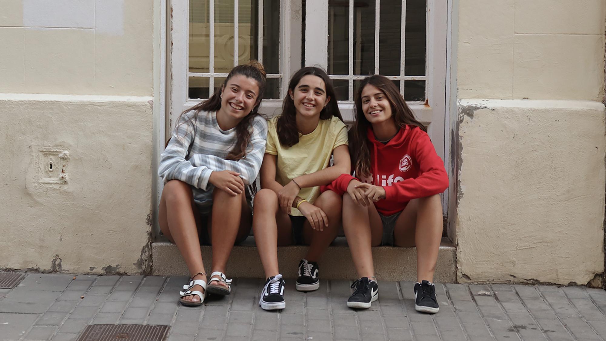 Les guanyadores del primer premi de la XV edició del Premi PRBB. D'esquerra a dreta, Clàudia Fernández, Ona Torrejon i Isabel Anaya, de l'Institut La Llauna (Badalona).
