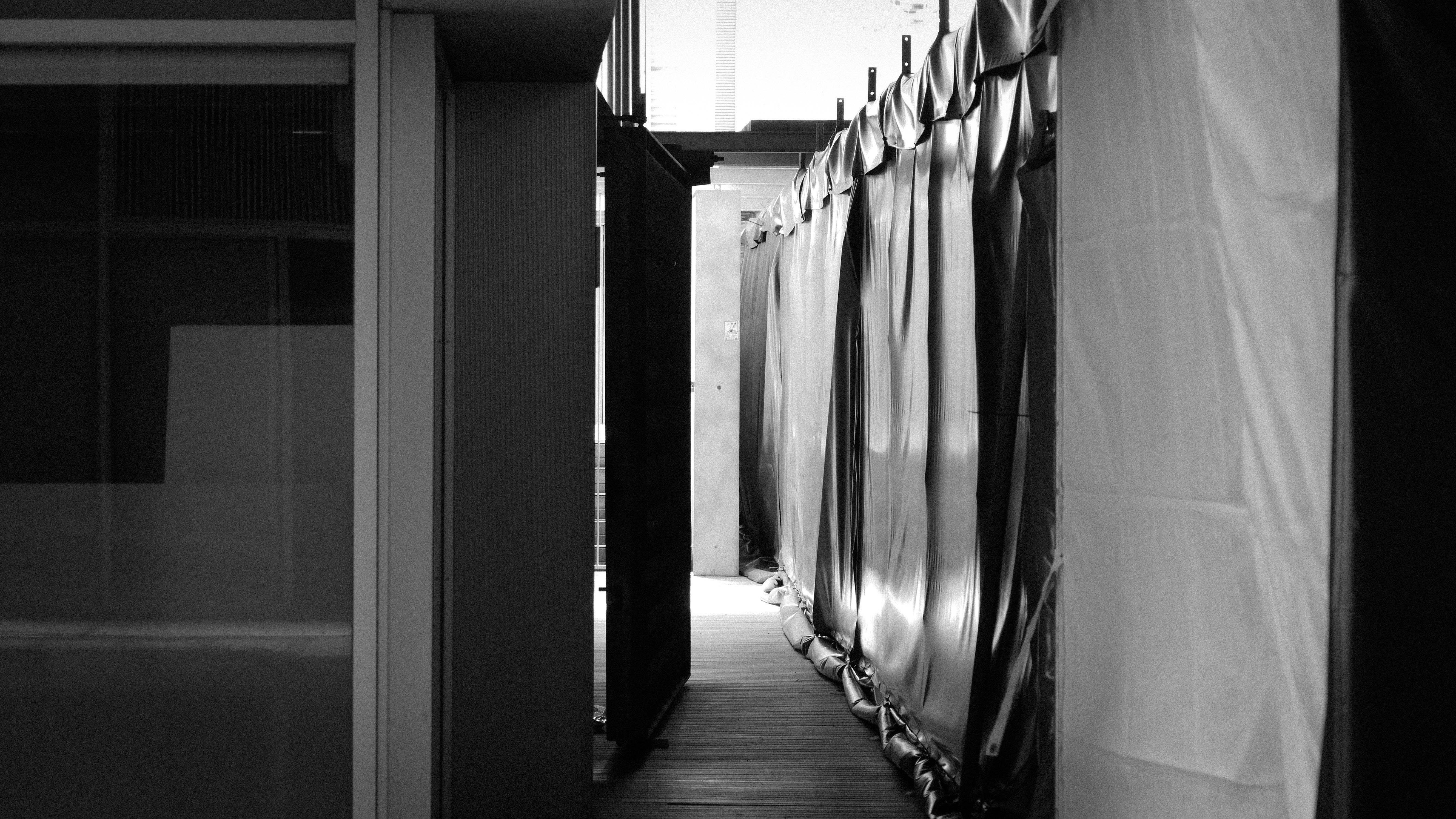 Recorrido cubierto que atraviesa la plaza interior del PRBB. | Imagen de Albert Català.