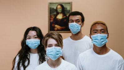 L'ús de mascaretes, el rentat de mans i el distanciament social podrien evitar una segona onada. Imatge de cottonbro (Pexels).