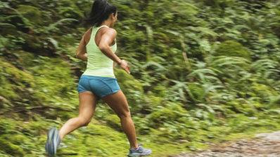 Hacer ejercicio moderado, como correr, entre 1 y 5h a la semana conlleva los máximos beneficios para la salud Foto deGreg Rosenke on Unsplash