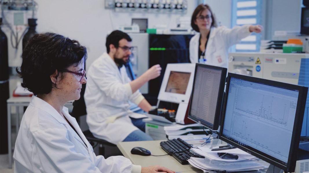 Eduard Sabidó, al centre de la fotografia, junt a dos membres de la Unitat de Proteòmica CRG-UPF.