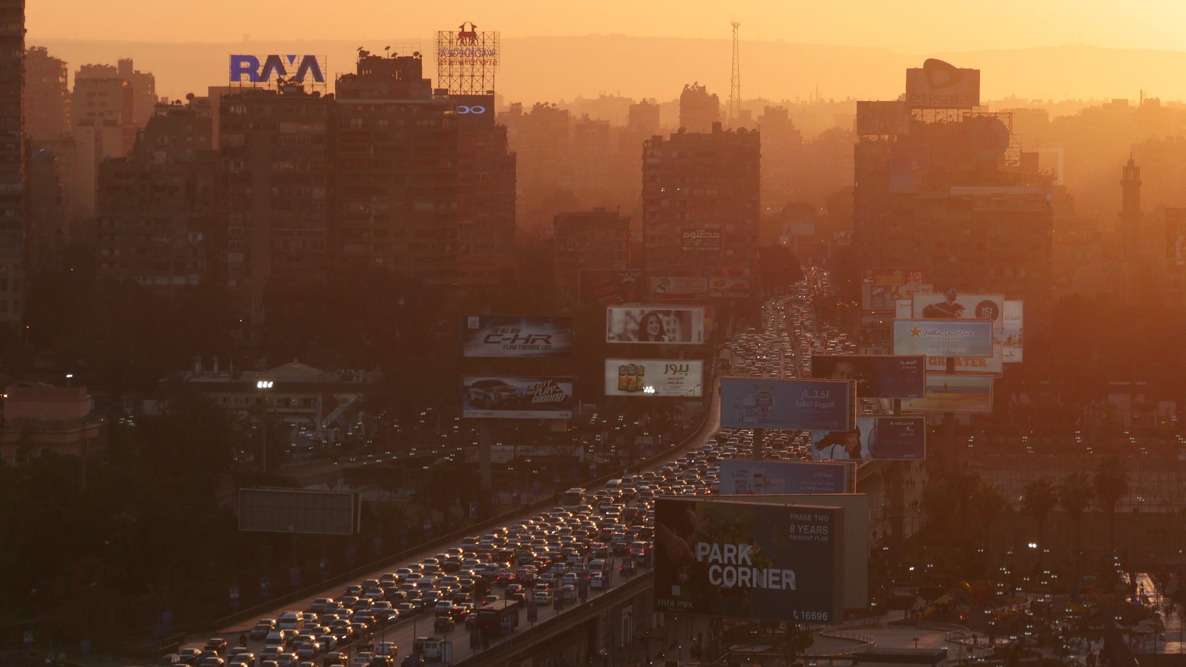 Imagen de una ciudad industrializada con un alto volumen de tránsito rodado, susceptible de tener una baja calidad del aire