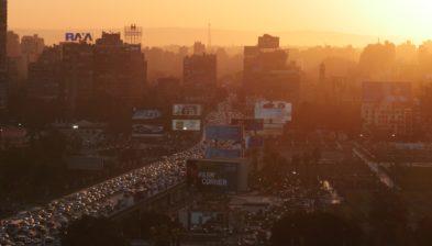 Imatge d'una ciutat industrialitzada amb un alt volum de trànsit rodat, susceptible de tenir una baixa qualitat de l'aire.