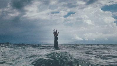 mà demanant ajuda al mig del mar