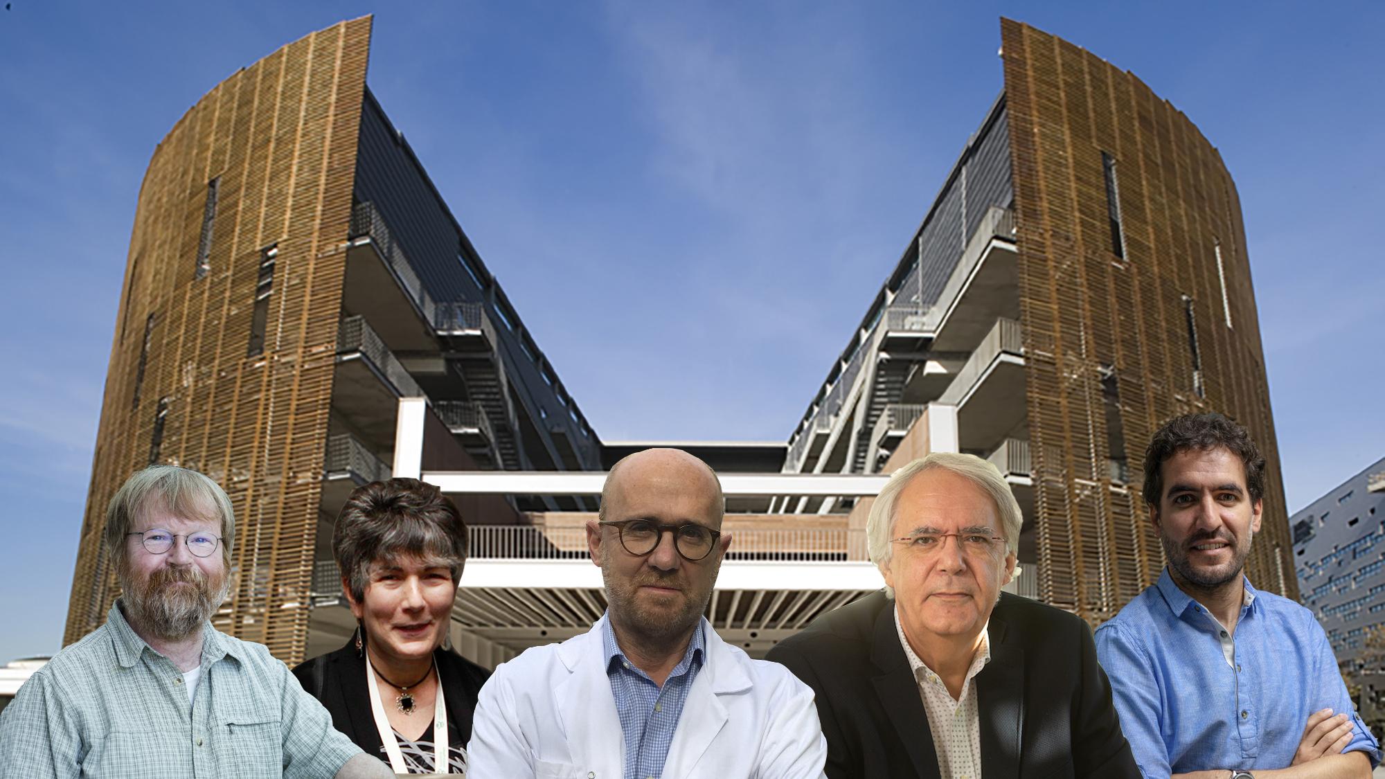 Quatre homes i una dona posant davant de l'edifici del PRBB.