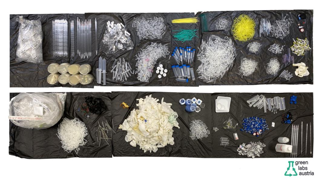 collage de fotos on s'hi veuen residus de plàstic del laboratori com ara puntes de pipetes, plaques, guants, etc.